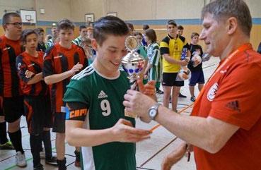 Der Siegerpokal ging an das Team aus Neuruppin. Es spielt im April im Landesausscheid. Klick! © Foto: Christian Bark, MAZ