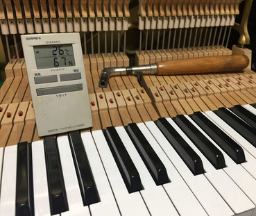 ピアノの維持管理に必要な湿度計測の様子