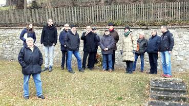 Einige Menschen auf dem Jüdischen Friedhof in Attendorn.
