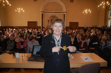 Michaela Vidláková vor zahlreichen Schülern