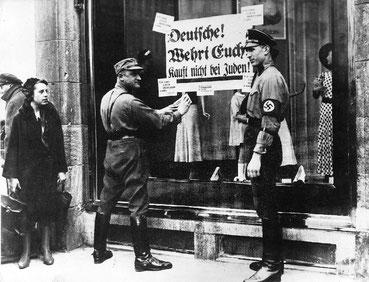 Zwei SA-Männer beim Kleben von judenfeindlichen Plakaten