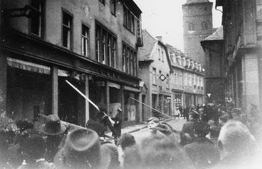 Historische Aufnahme der Novemberpogrome 1938 in der Wasserstraße in Attendorn