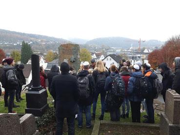 Eine Besuchergruppe auf dem Jüdischen Friedhof in Attendorn.