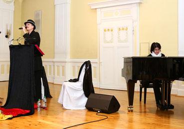 Zwei Musikerinnen auf der Bühne