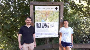 Zwei Personen an einer Wandertafel