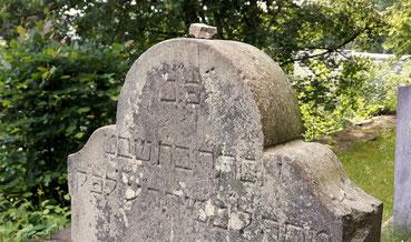 Stein auf Grabstein auf jüdischem Friedhof.