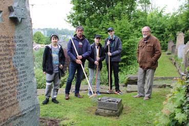 Fünf Personen auf dem Jüdischen Friedhof in Attendorn