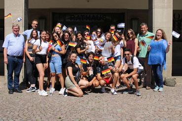 Menschen mit deutschen und israelischen Fähnchen