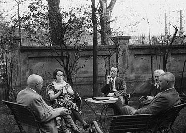 Im Garten der Familie Stern am heutigen Ostwall, von links: Hermann Stern, Gertrud Stern, Kurt Stern. Emilie Lenneberg und Max Lenneberg. (Bildarchiv Hosenfeld)