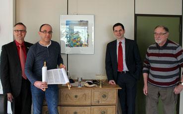 """Hartmut Hosenfeld (re.) und Tom Kleine (2. v. l.) haben die Planungen für eine """"Jüdische Woche"""" im November 2018 in Attendorn aufgenommen. Unterstützung erhalten Sie dabei von Bürgermeister Christian Pospischil (2. v. re.) und Dezernent Christoph Hesse."""