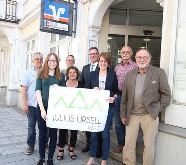 Acht Personen mit dem Logo des Julius Ursell Weg