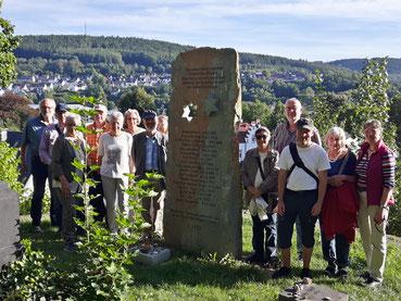 Eine Gruppe auf dem Jüdischen Friedhof in Attendorn