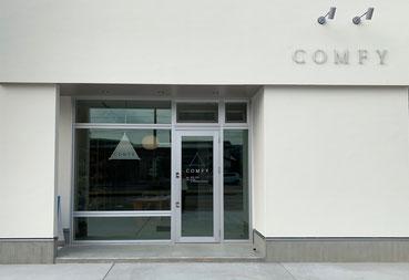 COMFYコンフィ店舗外観ショップ前に2台駐車できます