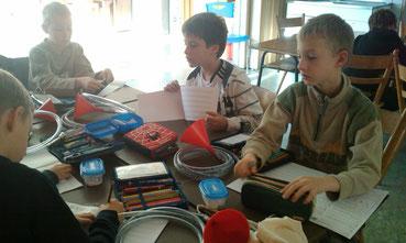 Grundschüler mit selbstgebauten Instrumenten