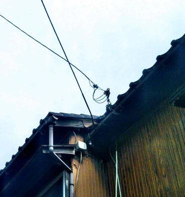 電信柱から屋根へのびる電線