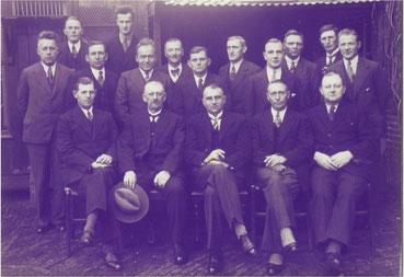 Foto uit de jaren '30. Het ledenbestand is weer wat opgelopen. Vooraan zit het bestuur, in het midden voorzitter Balten, rechts naast hem secretaris Van der Werff en tweede van links penningmeester Van Staveren