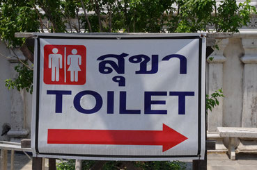 タイ・バンコクの寺院のトイレの看板。外国人でもわかるような表記なので安心