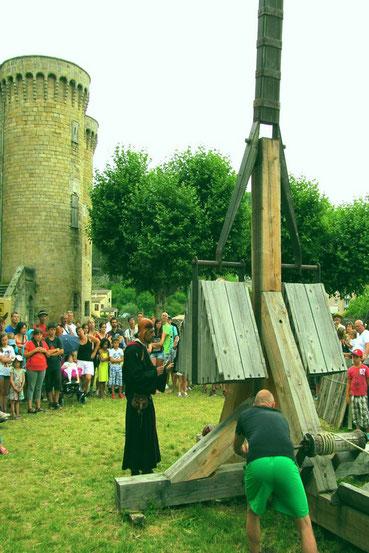 Durant l'été de nombreux Châteaux proposent des spectacles (Largentière, Montréal..) d'autre sont des lieux d'exposition (Voguë, La Bastide de Virac...).