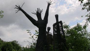 Foto: E. Gläßel   Flechtfigur v. Minka Zimmermann. Im Garten der Künstlerin
