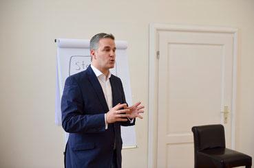 Sieben Jahre als Führungskraft im Verkauf, 10 Jahre als Trainer & Coach selbstständig - Tom Krause öffnet in diesem Workshop seine Marketing-Schatztruhe.