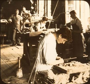 UNDERWOOD & UNDERWOOD N.Y., Schwarzwälder Schnitzereiwerkstatt, Glasdia um 1910