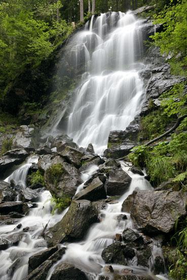 Sommer am Zweribachwasserfall im Simonswälder Tal (Schwarzwald)