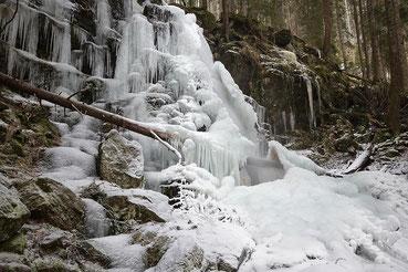 Der winterliche Zweribachwasserfall