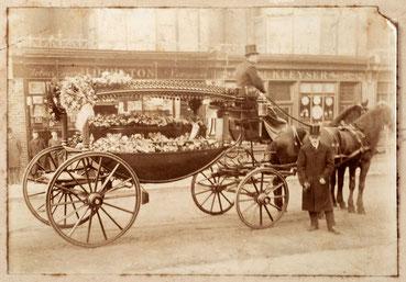 Leichenwagen-Gespann vor dem Uhrengeschäft Kleyser, Watch- and Clock Maker, 66. Borough High Street Southwark, London um 1890