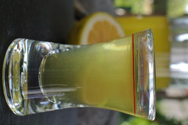 So entsteht bester Limoncello: Zitronenschale in Wodka ziehen lassen