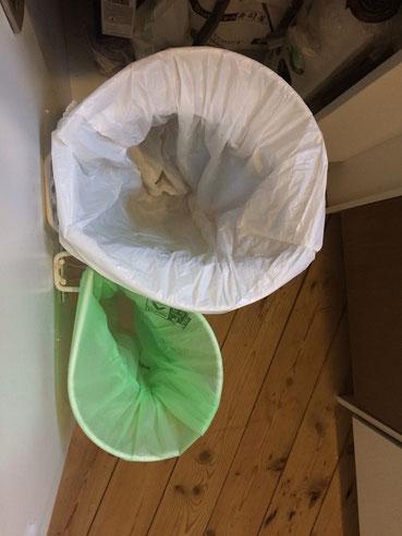 Affaldsstativer til køkkenskab i et køkken,  affaldssortering med 2 delt Flower i et køkken