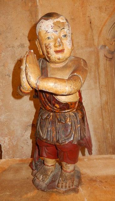 statue bouddha en bois  enfant en prière