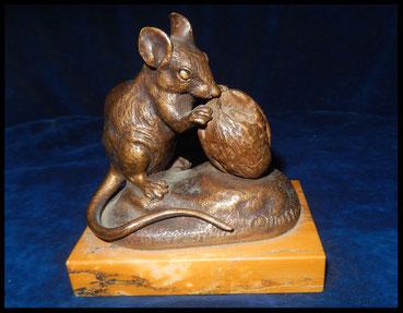 Bronze  animalier C.Masson souris avec son sucre