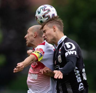 Moritz im Kopfballduell gegen Steyr-Kapitän Himmelfreundpointner!      (Bild: Foto LUI)