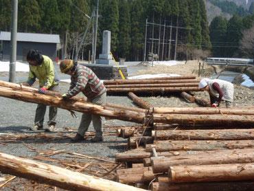 4月8日作業風景。木の皮むき、結構はまります。
