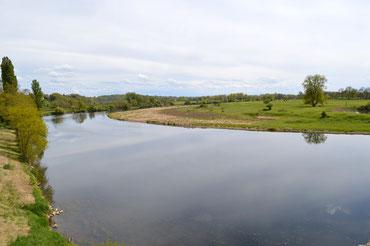 En ce mois d'avril, le débit de la Loire est faible, l'eau est limpide et l'on distingue le lit du fleuve au pied du pont