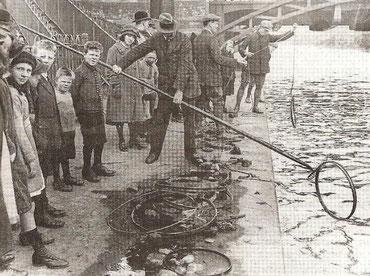 Nach dem Fund des Fahrrads wird der Kanal nach der Waffe abgesucht
