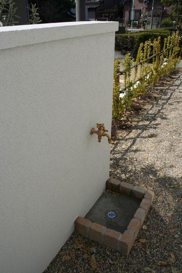 門塀の裏から蛇口を出して水場を設けた
