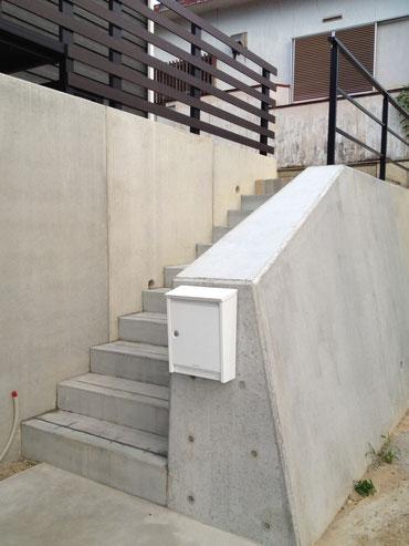 既存擁壁をカットして門塀のように見立てる