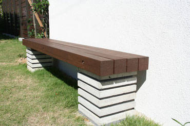 壁の前に設けたベンチ