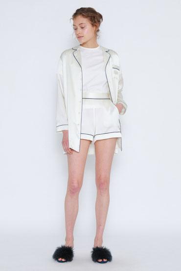同じくシルク素材のショートパンツを合わせればセットアップのような着こなしに。