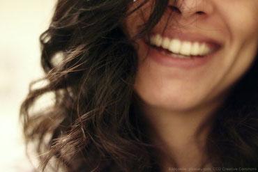 Wenn dich jemand häufig anlächelt und sich anregt mit dir unterhält ist das ein gutes Zeichen für Anziehung.
