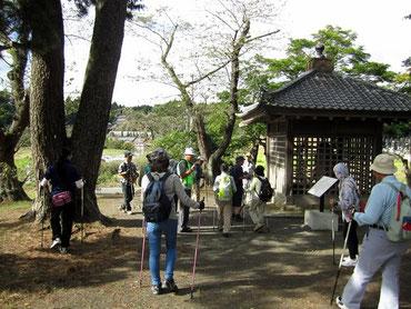 壺の碑前 多賀城観光協会のガイドさんにご協力を頂き 歴史説明を聴けました ありがとうございます