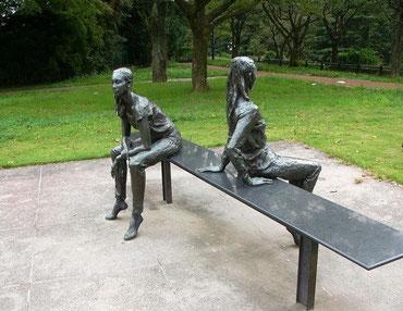 西公園内 「ふたり」  美しき二人の女性像