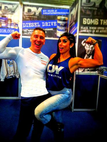 Bodymaker mit Gal Yates im Arm Muskelpose