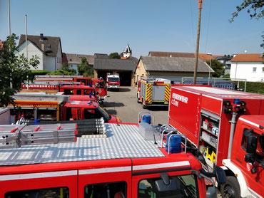 Verschiedene Feuerwehrautos vor dem Feuerwehrhaus Mardorf