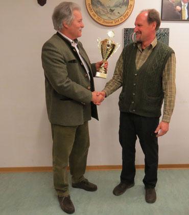 Der 1. Vorsitzender Hr. Keller gratuliert dem Hegeringleiter IV Hr. Schöffler zum Mannschaftssieg 2015