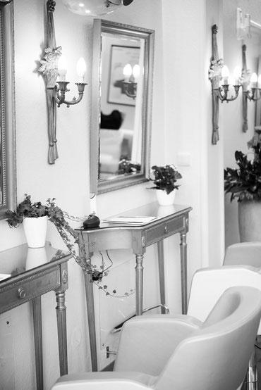 Detailansicht eines Frisierplatzes im Salon Kütterer.