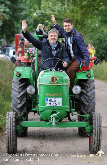 Schauspieler Timothy Peach und sein Sohn Nelson sind ganz angetan davon, die PS selber in die Hand zu nehmen. Foto: Roman Babirad