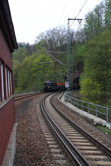 E42 001 mit leerem Kokszug in Edle Krone