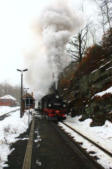 99 1608 mit P 5002 in Seifersdorf